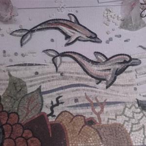 Mosaico artistico di delfini